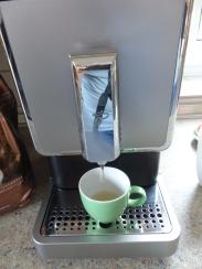 Der Automat spült beim Einschalten erstmal heißes Wasser durch den Schlauch.